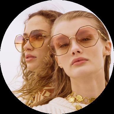 duas mulheres usando óculos de sol Chloé com lente degradê