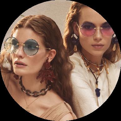 duas mulheres usando óculos de sol Chloé, uma com lente degradê e a outra com lente polarizada