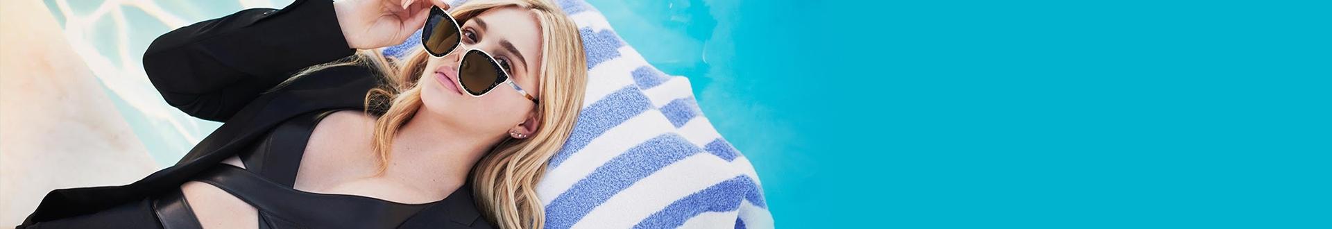 mulher loira deitada e usando óculos de sol Chloé