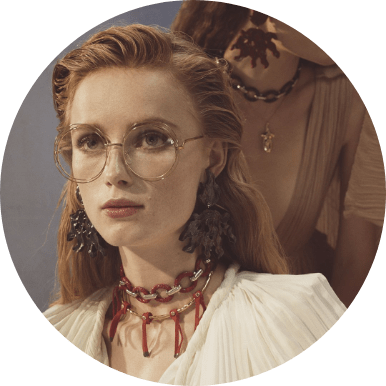 mulher usando óculos de grau redondo da marca Chloé