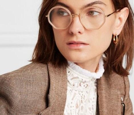 Mulher com cabelo curto ruivo usando armação de grau Chloé transparente