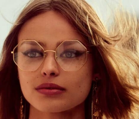 Mulher loira usando óculos de grau Chloé octogonal com armação dourada