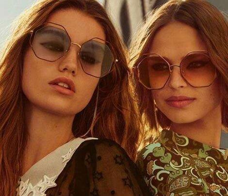 Duas mulheres loiras usando óculos de sol Chloé octogonal com lentes cinzas e marrons em degradê