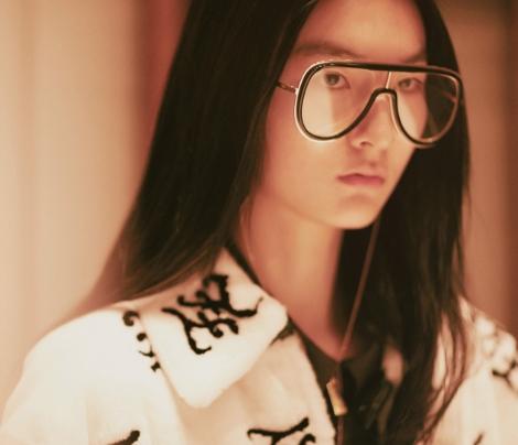 Mulher usando óculos Fendi máscara com armação em estilo futurista e lentes transparentes