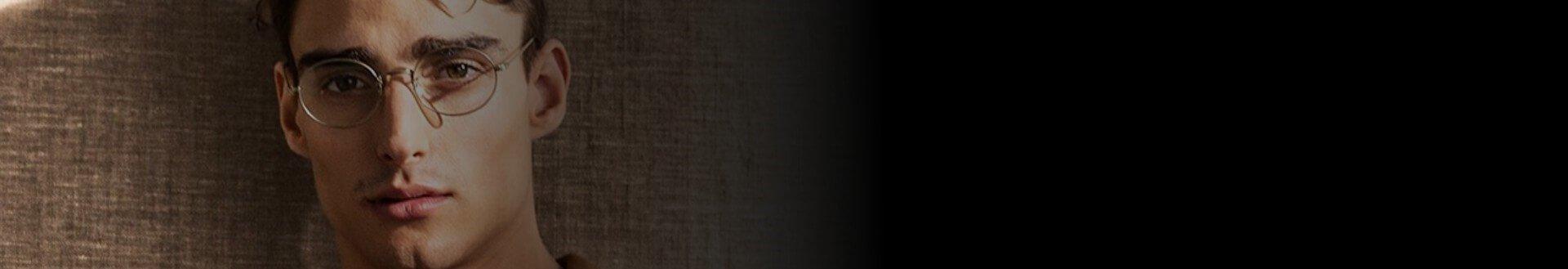 Homem usando óculos Giorgio Armani de grau, redondo e na cor prata
