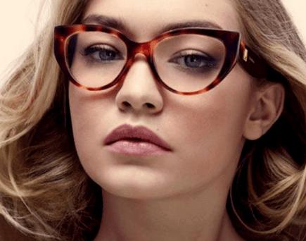 Mulher loira usando óculos de grau Max Mara gatinho marrom