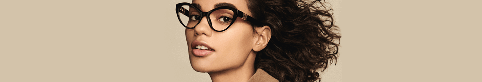 Mulher com cabelos cacheados, usando óculos Max Mara gatinho de grau preto