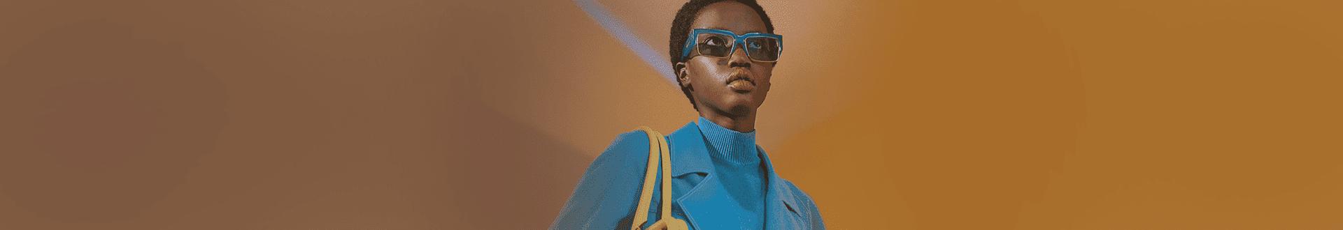 Mulher negra usando armação de óculos Salvatore Ferragamo quadrado com detalhes azuis